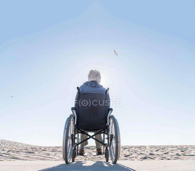 Старший у кріслі на колесах. — стокове фото