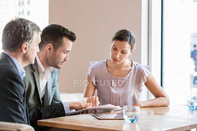Hommes d'affaires et femmes d'affaires qui travaillent — Photo de stock
