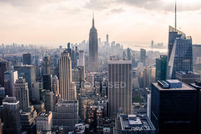 Vista da paisagem urbana com arranha-céus — Fotografia de Stock