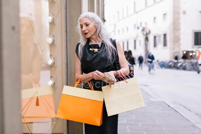 Stilvolle Reife weibliche shopper — Stockfoto