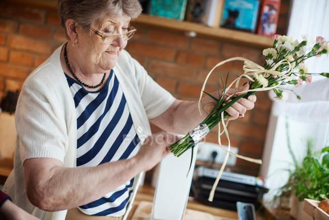 Donna con artigianato floreale — Foto stock