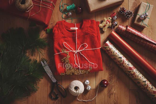 Presente de Natal e papel de embrulho — Fotografia de Stock