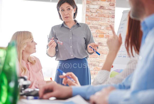 Geschäftsfrau leitet Geschäftstreffen — Stockfoto