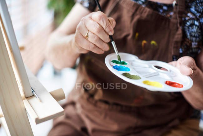 Woman holding palette — Stock Photo