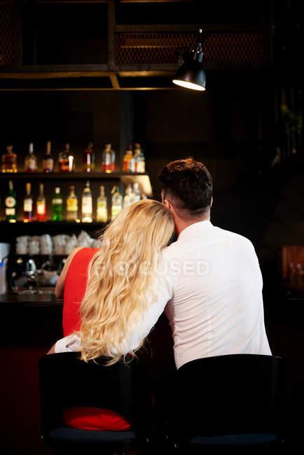 Романтична пара, сидячи в барі — стокове фото