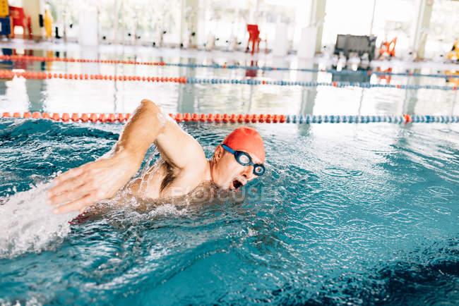 Mann, Schwimmen im Schwimmbad — Stockfoto