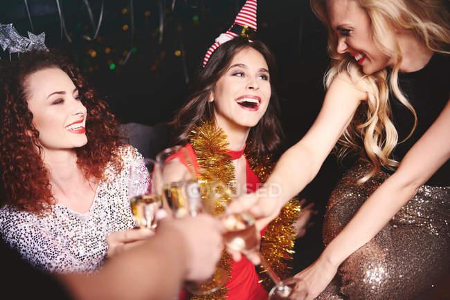 Жінки сидять разом на вечірці — стокове фото