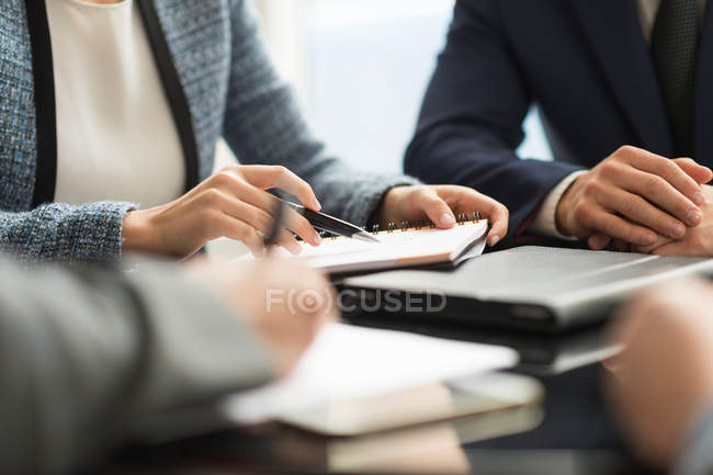 Businesswoman and man making notes — Stock Photo