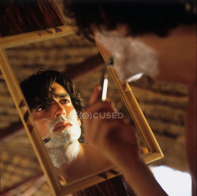 Image miroir de l'homme se rasant — Photo de stock