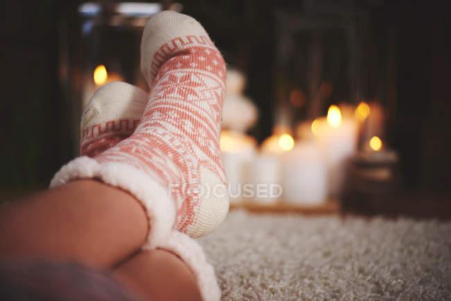 Füße der Frau tragen festliche Socken — Stockfoto