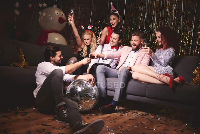 Freunde sitzen zusammen auf party — Stockfoto