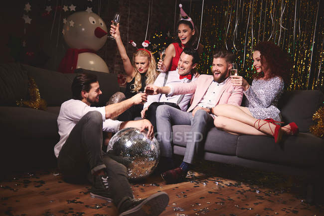 Amici seduti insieme alla festa — Foto stock