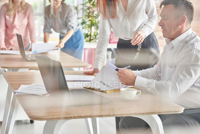 Колеги в бюро, обговорення документів — стокове фото