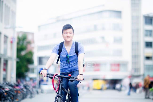 Mann Reiten Fahrrad in der Stadt — Stockfoto