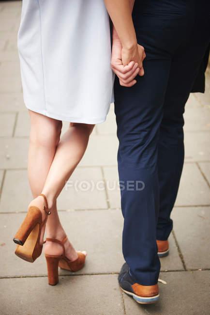 Paar hält Händchen — Stockfoto