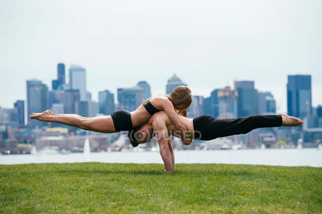 Yoga devant Seattle skyline — Photo de stock