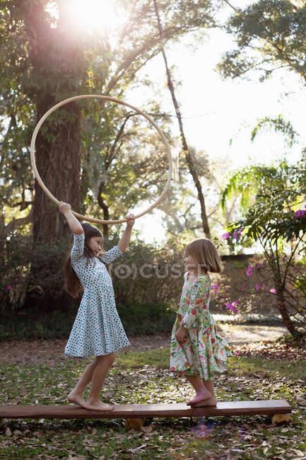 Сестри грати з Хула Хооп — стокове фото