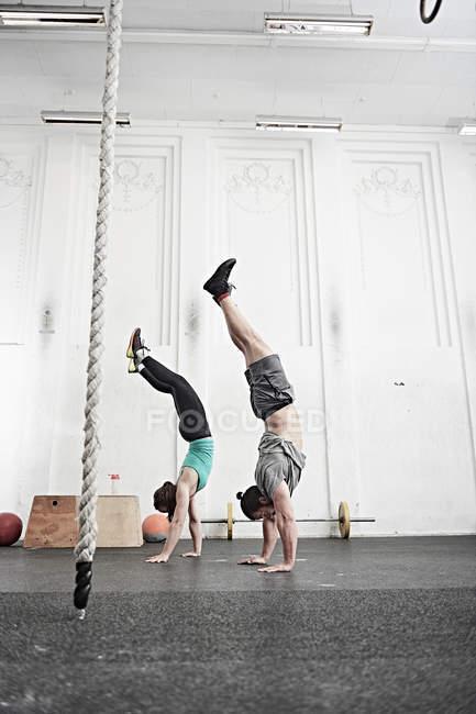 Paar tun handstand — Stockfoto