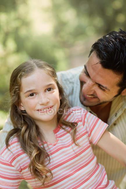 Батько, дивлячись на дочка посміхається — стокове фото