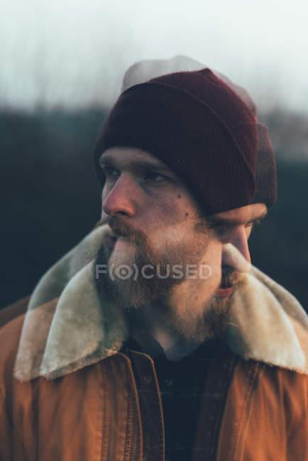 Hipster hombre joven con barba - foto de stock