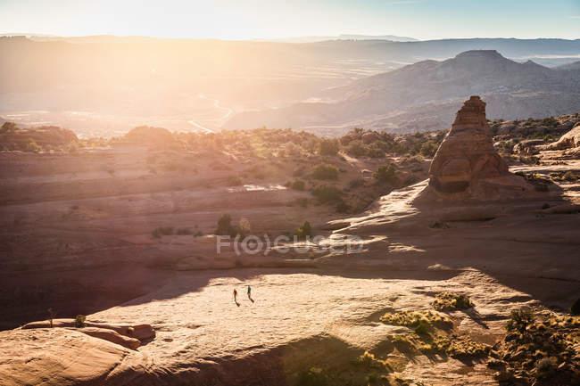 Wanderer erkunden Arches-Nationalpark — Stockfoto