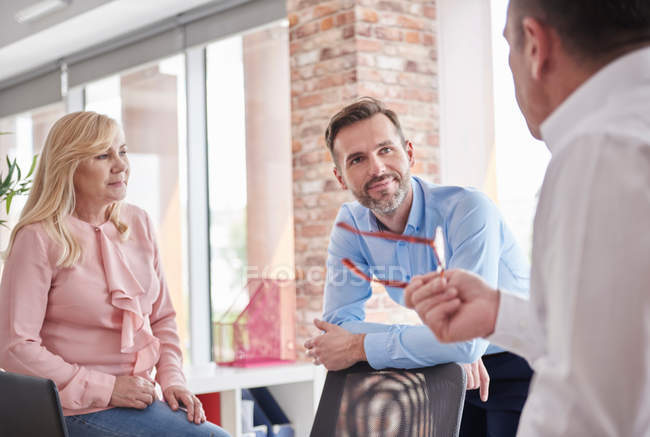 Collègues ayant des discussions au bureau — Photo de stock