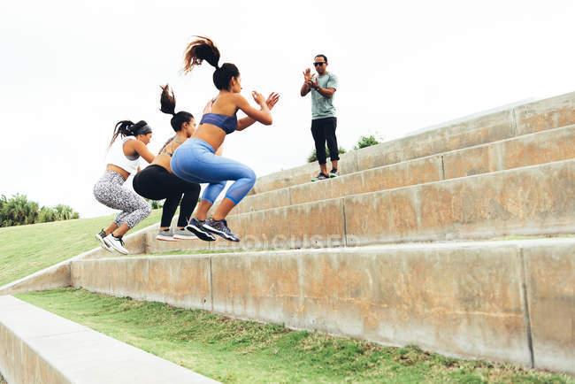 Молодих жінок тренування з тренером — стокове фото