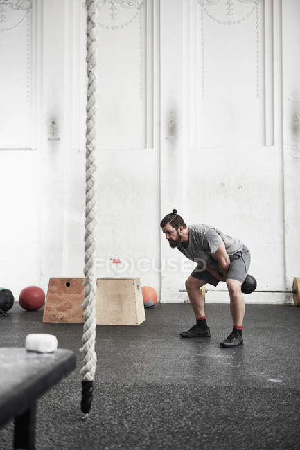 Man working out with kettlebell — Stock Photo