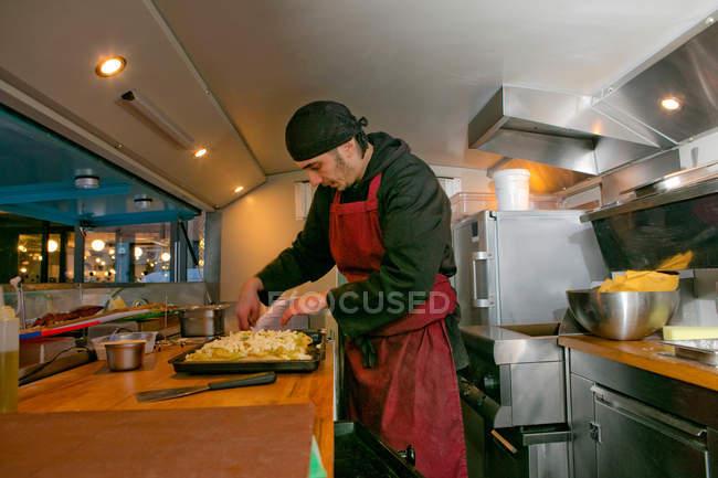 Шеф-кухар готує піцу в харчовій стійло Ван вночі — стокове фото