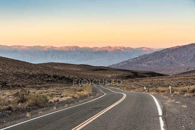 Route sinueuse dans la vallée de la mort — Photo de stock