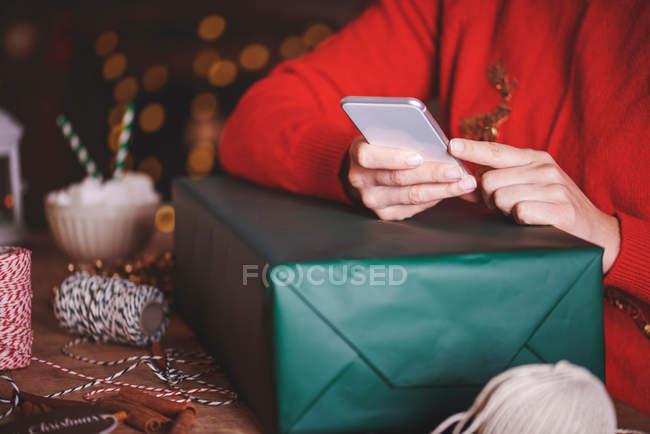 Mujer usando smartphone - foto de stock