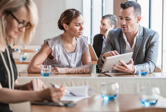 Businessmen and businesswomen working — Stock Photo