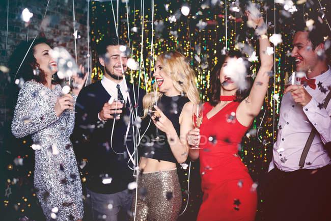 Menschen tanzen und Spaß haben auf party — Stockfoto