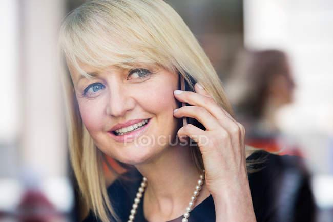 Empresaria usando teléfono móvil - foto de stock