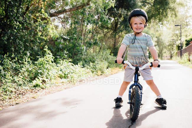 Jovem menino equitação bicicleta — Fotografia de Stock