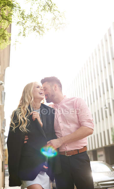 Mann teilt sich Anzugjacke mit Frau — Stockfoto