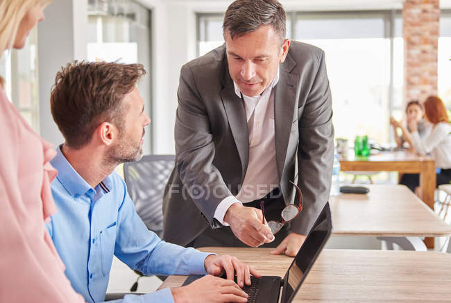Kolleginnen und Kollegen im Büro mit laptop — Stockfoto
