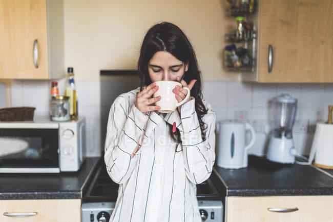 Giovane donna a casa — Foto stock