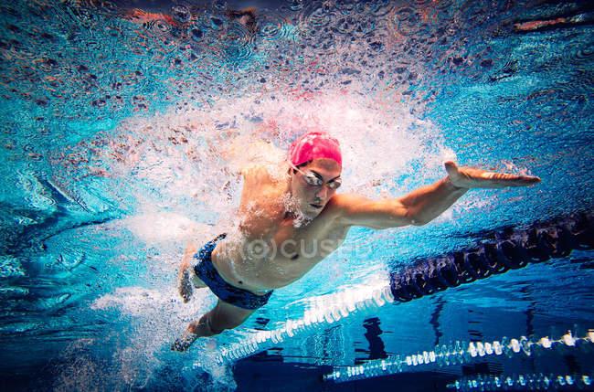 Nadador haciendo freestyle en carril - foto de stock