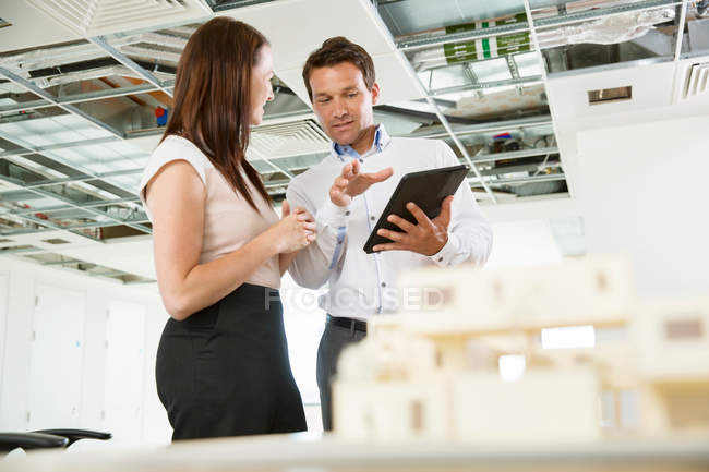 Businessman and woman having discussion — Stock Photo