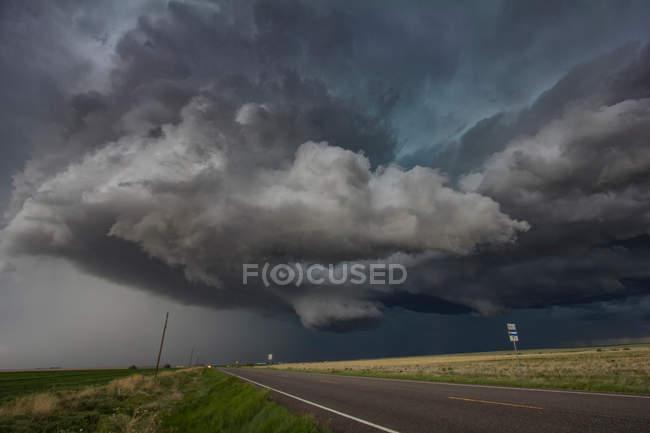 Girar las nubes sobre el área rural - foto de stock