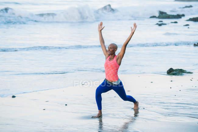 Молодая женщина занимается на пляже — стоковое фото
