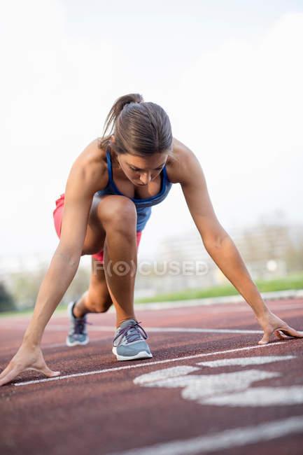 Femme sur piste de sport — Photo de stock