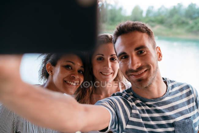 Drei Freunde unter Selfie mit smartphone — Stockfoto