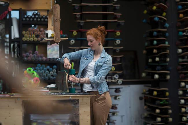 Жінки, що працюють в магазині скейтборд — стокове фото