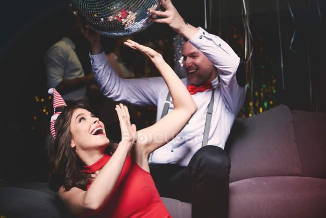 Mann und Frau herumalbern — Stockfoto