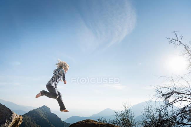 Boy jumping, Parque Nacional de Sequoia — Fotografia de Stock