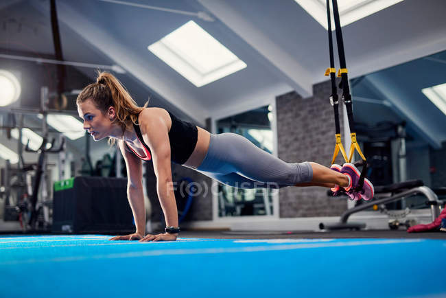 Donna fare push up — Foto stock