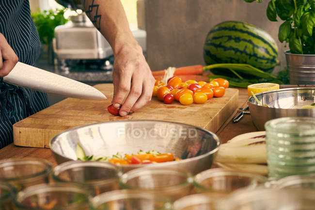 Chef chopping vegetables — Stock Photo