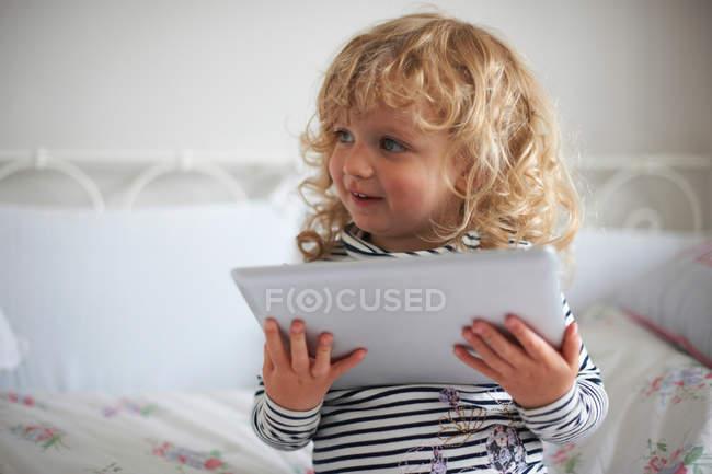 Bambina utilizzando tablet digitale — Foto stock